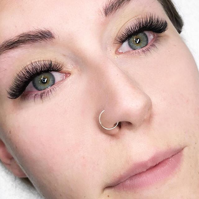 This look was produced by someone who has some serious news to share tomorrow! If you're not following @jmaclashdash, that's another reason, out of a million, why you should! 👀🍾🤔 #lashartistgoals #jbrandbeautyadvocateartist #lashartistnews #lashlooks #lashsupplies #calgarylashes