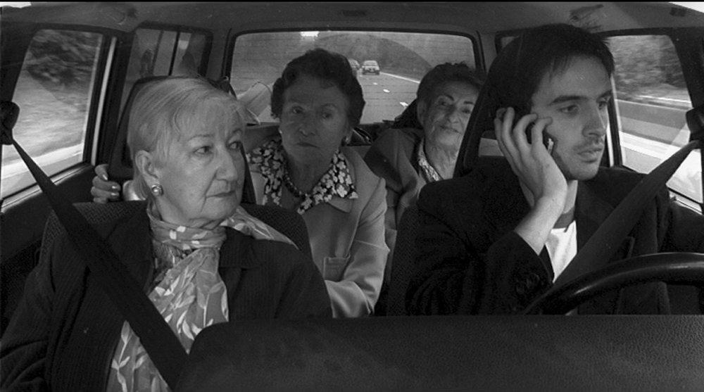 ALICE ET MOI de Micha Wald, 2004, fiction, 19'   Simon doit conduire sa vieille tante Mala à la mer, en compagnie de Lydia et Colette, deux amies de Mala. Pendant le trajet, Alice, sa petite amie, lui téléphone et ils se disputent. En bonnes grand-mères juives, les trois femmes s'immiscent petit à petit dans l'histoire de Simon ce qui, bien sûr, n'arrange rien à la situation…