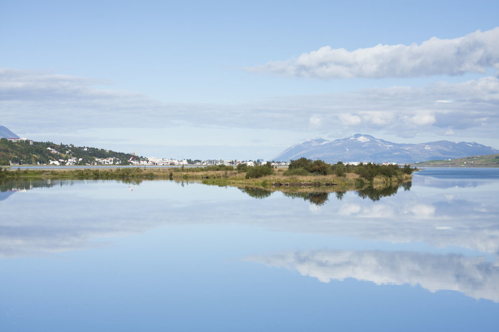 Akureyri svífandi um loftin blá!