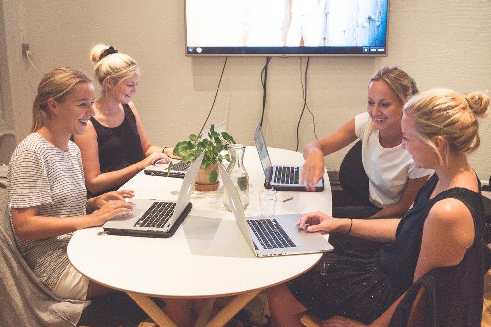 Julie,vores Business Development Manager,instruerer vores studentermedhjælpere