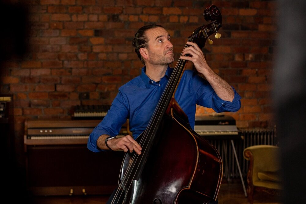 Video lessons on the fundamentals of double bass playing.