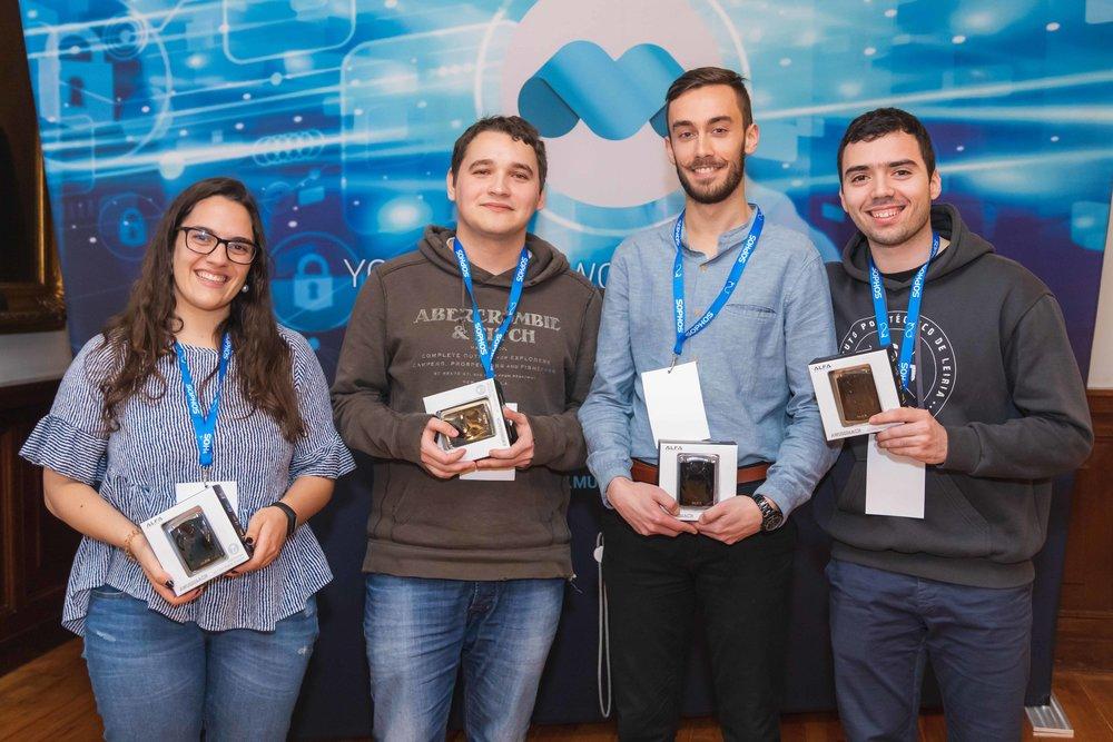 Em terceiro lugar a equipa > Ácaros   Jéssica Ferreira, Mykyta Zhygulskyy, Diogo Ribeiro e Pedro Crespo   1 Alfa Indoor WiFi USB Antenna por pessoa