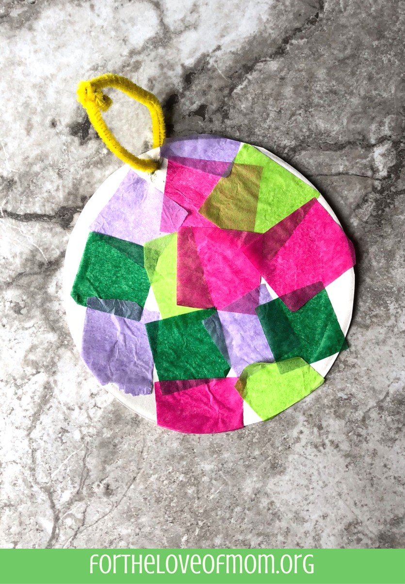 Paper Plate Christmas Ornament Craft| #christmascrafts | #kidscrafts | #holidaycrafts | www.fortheloveofmom.org