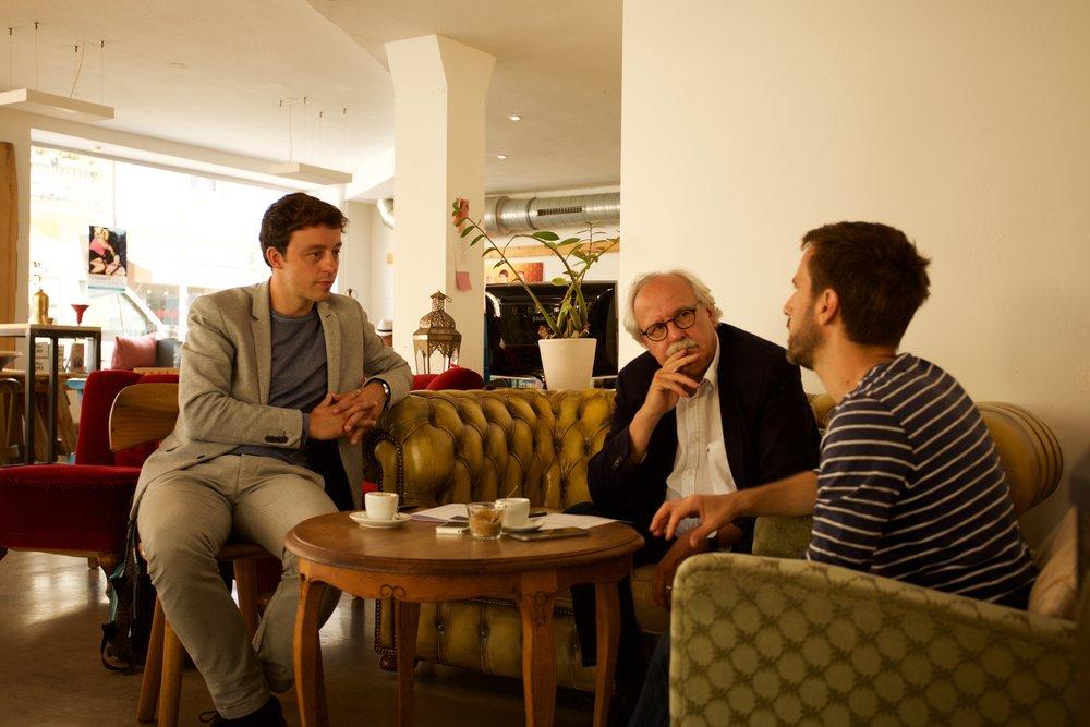Philippe Merz und Frank Obergfell (Thales-Akademie) im Gespräch mit Jörn Schinzler, Gründer von Ich und Du Pflege (rechts)