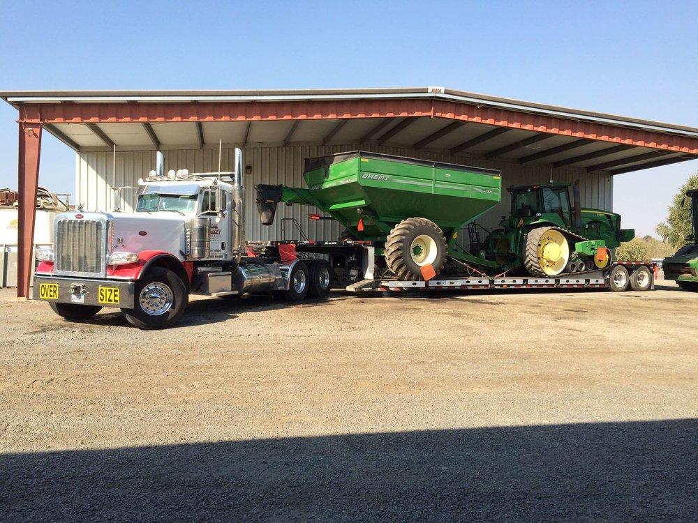 peterbilt-389-xl-rgn-brent-bankout-john-deere-tractor.jpg