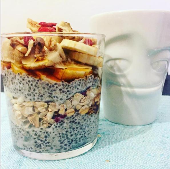 Chia Pudding  Riempire un bicchiere/ciotola con circa 80 gr di semi di chia e ricoprire con il latte vegetale a vostra scelta restando abbondanti di circa un dito e mezzo. Coprire con una pellicola il bicchiere e lasciare riposare una notte in frigorifero. La mattina mescolate il pudding e aggiungete topping a piacere di frutta e noci.