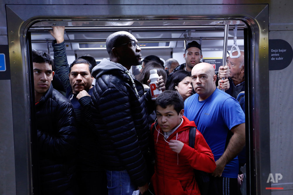 Commuters crowd into a subway car in Buenos Aires, Argentina, Tuesday, Aug. 16, 2016. (AP Photo/Jorge Saenz)