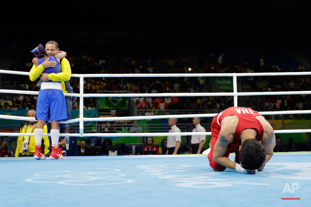 Thailand's Peamwilai Laopeam, right, bows to judges as Colombia's Ingrit Lorena Valencia Victoria celebrates after winning a women's flyweight 51-kg quarterfinals boxing match at the 2016 Summer Olympics in Rio de Janeiro, Brazil, Tuesday, Aug. 16, 2016. (AP Photo/Jae C. Hong)