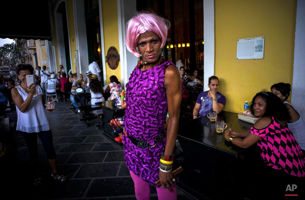 """The transvestite artistically known as """"Fasaray"""" performs for tourists in Old Havana, Cuba, Sunday, Aug. 2, 2015. (AP Photo/Ramon Espinosa)"""