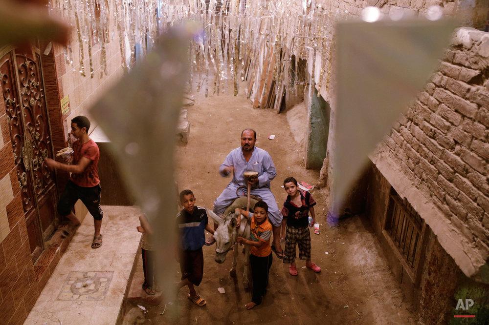 APTOPIX Mideast Egypt Ramadan Dawn Caller Photo Gallery