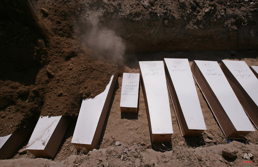 APTOPIX LEBANON ISRAEL MIDEAST FIGHTING MASS GRAVE