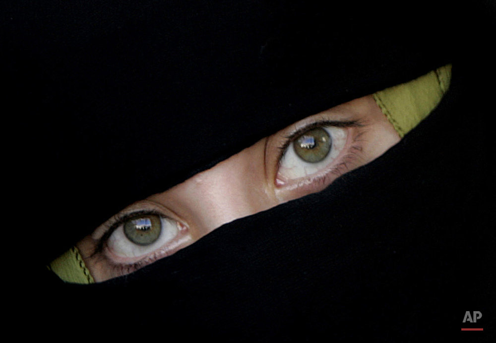 A veiled Palestinian woman is seen during a weekly protest calling for the release of Palestinian prisoners held in Israeli jails, outside the International Red Cross building in Gaza City, Monday, Aug. 13, 2007. Israel holds about 9,200 Palestinian prisoners, most of whom were arrested during the past seven years of Israeli-Palestinian fighting. (AP Photo/Hatem Moussa)