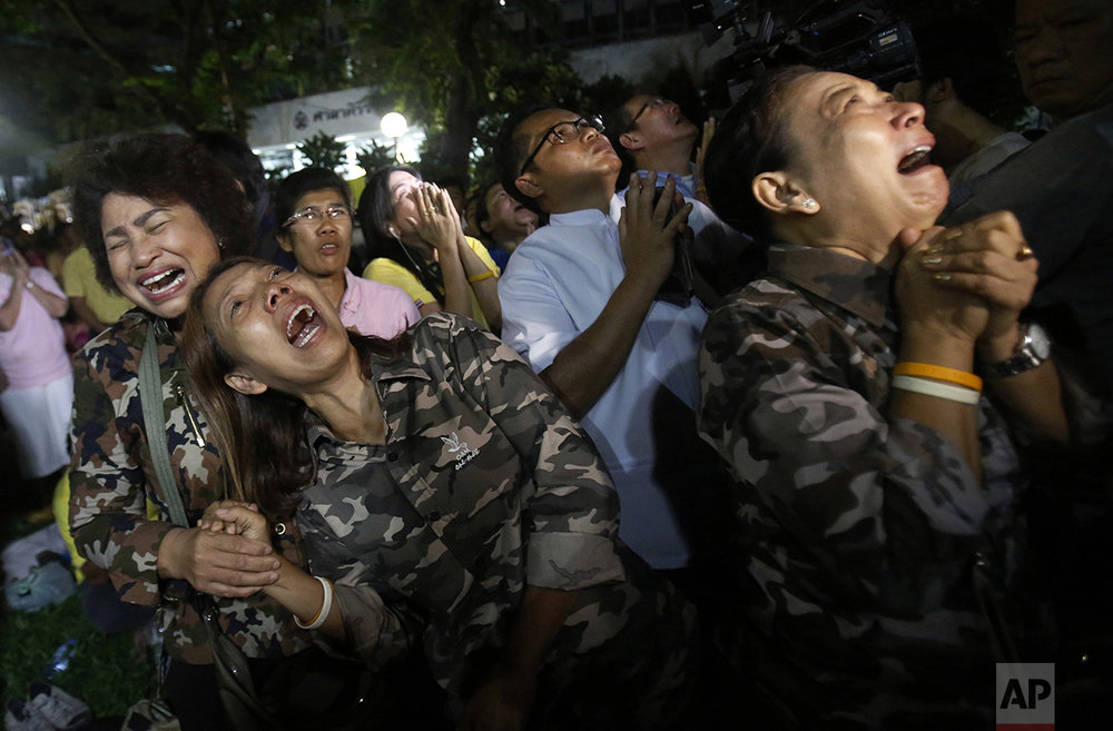 Thai people cry after the Royal Palace's announcement outside Siriraj Hospital where King Bhumibol Adulyadej was being treated, in Bangkok, Thailand, Thursday, Oct. 13, 2016. The palace said King Bhumibol, the world's longest-reigning monarch, has died at age 88. (AP Photo/Sakchai Lalit)