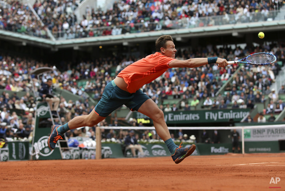 Tomas Berdych of the Czech Republic returns the ball to France's Jo-Wilfried Tsonga during their fourth round match of the French Open tennis tournament at the Roland Garros stadium, Sunday, May 31, 2015 in Paris.  (AP Photo/David Vincent)