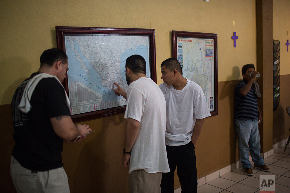 "Migrants look at a map of Mexico after breakfast at the ""Casa del Migrante"" shelter in Nuevo Laredo ,Tamaulipas state, Mexico, Saturday March, 25, 2017. (AP Photo/Rodrigo Abd)"