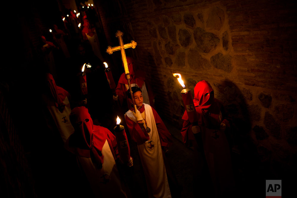 "EDS NOTE : SPANISH LAW REQUIRES THAT THE FACES OF MINORS ARE MASKED IN PUBLICATIONS WITHIN SPAIN. In this Tuesday, April 11, 2017 photo, hooded penitents from ""Cristo de los Angeles"" brotherhood take part in a traditional annual Holy Week procession in Toledo, Spain. (AP Photo/Francisco Seco)"