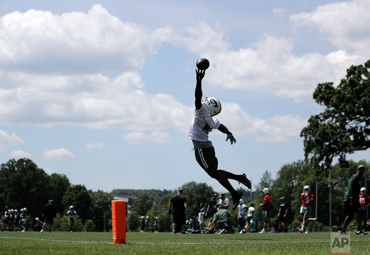 New York Jets' Willie Quinn tries to make a catch on a pass from Bryce Petty during NFL football practice, Wednesday, June 14, 2017, in Florham Park, N.J. (AP Photo/Julio Cortez)