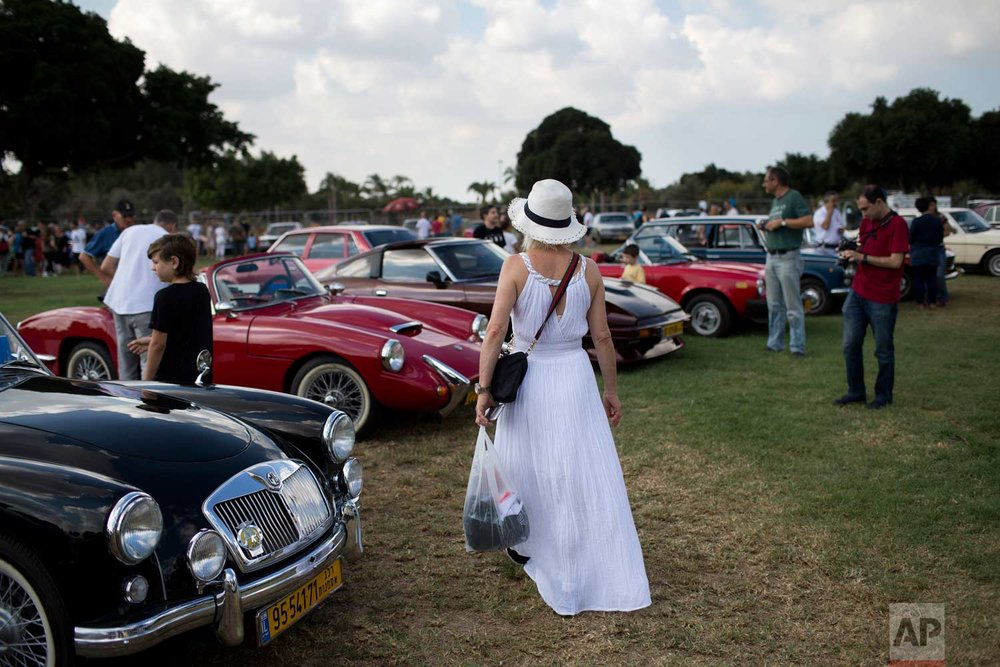 "People look at antique cars during the 31st annual ""Five Club"" car collectors' meeting in Ramat Gan, Israel, Friday, Oct. 6, 2017. (AP Photo/Oded Balilty)"