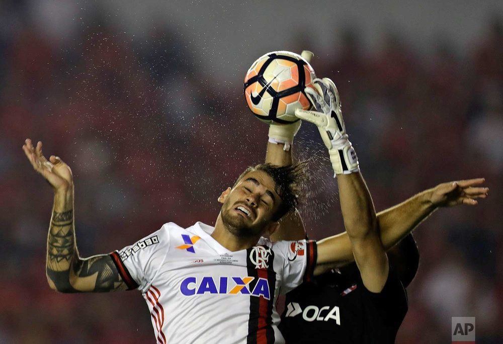 Argentina's Independiente goalkeeper Martin Campana, right, fights for the ball with Brazil's Flamengo Felipe Vizeu during a Copa Sudamericana first leg final soccer match in Buenos Aires, Argentina, Wednesday, Dec. 6, 2017. (AP Photo/Natacha Pisarenko)