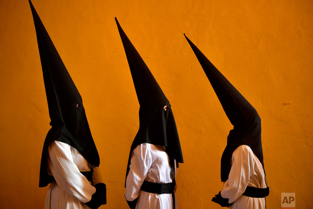 "Penitents take part in the procession of the ""Exaltacion de La Santa Cruz"" brotherhood, during Holy Week in Zaragoza, northern Spain, Thursday, March 29, 2018. Hundreds of processions take place throughout Spain during the Easter Holy Week. (AP Photo/Alvaro Barrientos)"