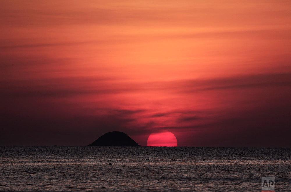 The sun sets in Aden, Yemen. (AP Photo/Nariman El-Mofty)