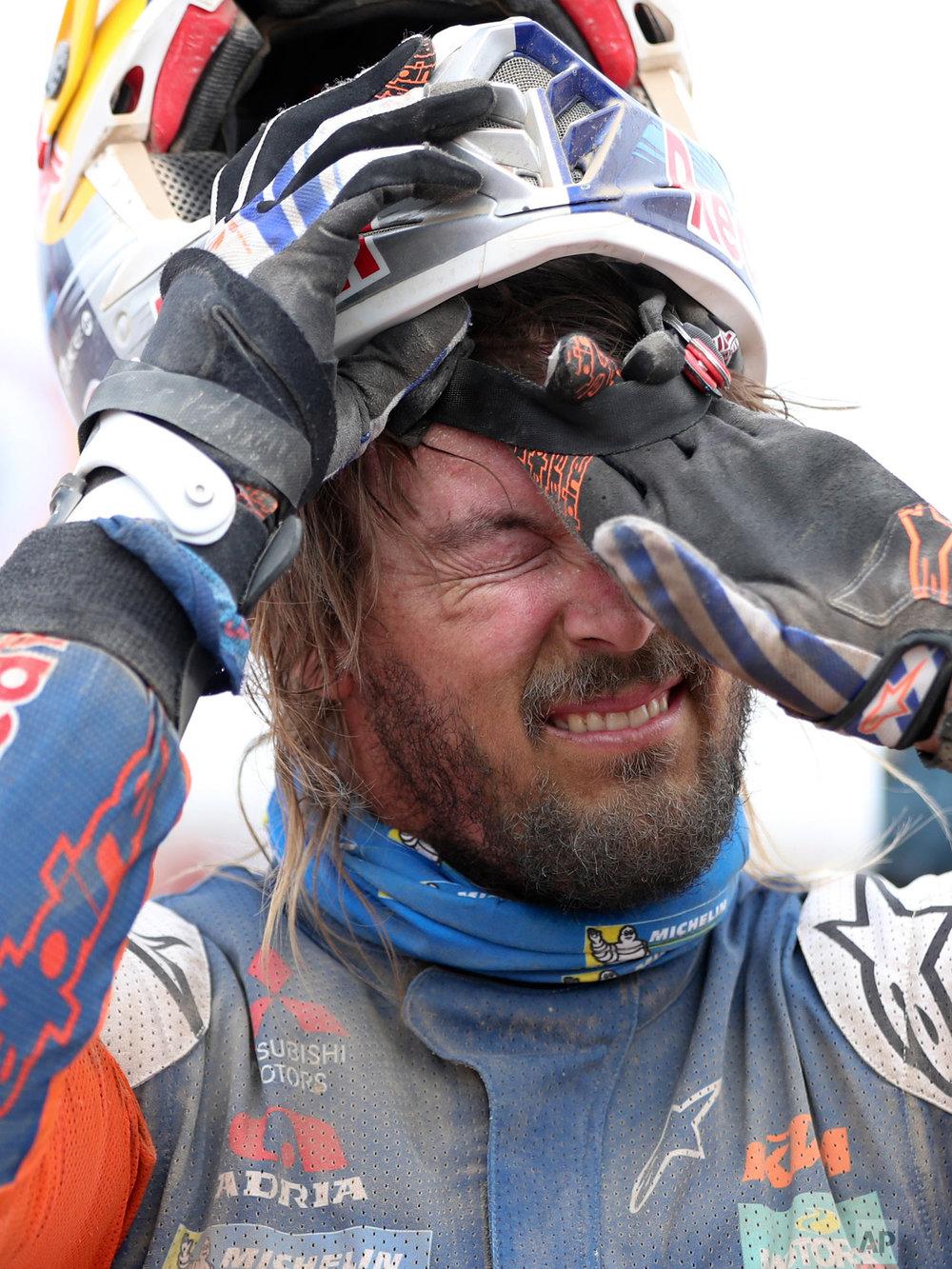 KTM motorbike rider Toby Price removes his helmet in Peru, Jan. 9, 2019. (AP Photo/Ricardo Mazalan)