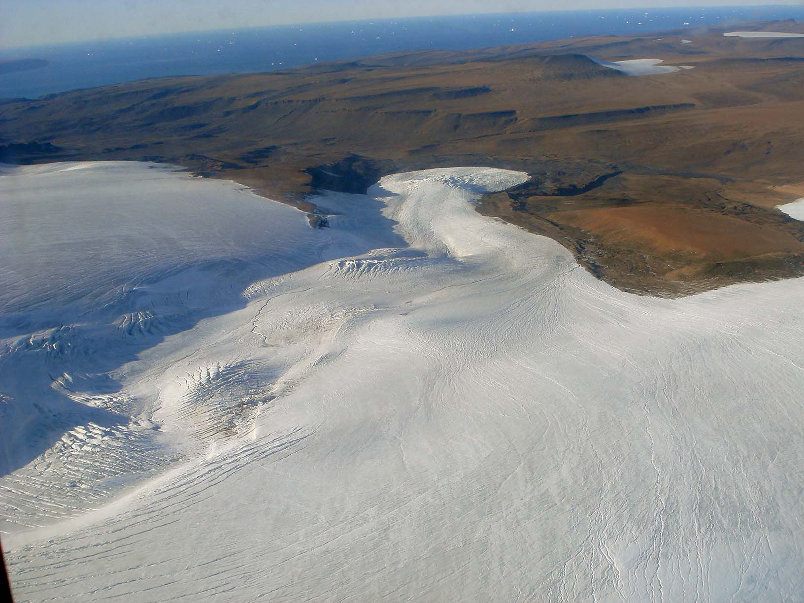 The transition from land to ice is riven, as shown in this photo taken near Thule air space. It is also even more restless than previously thought. Photo: Susan Zager