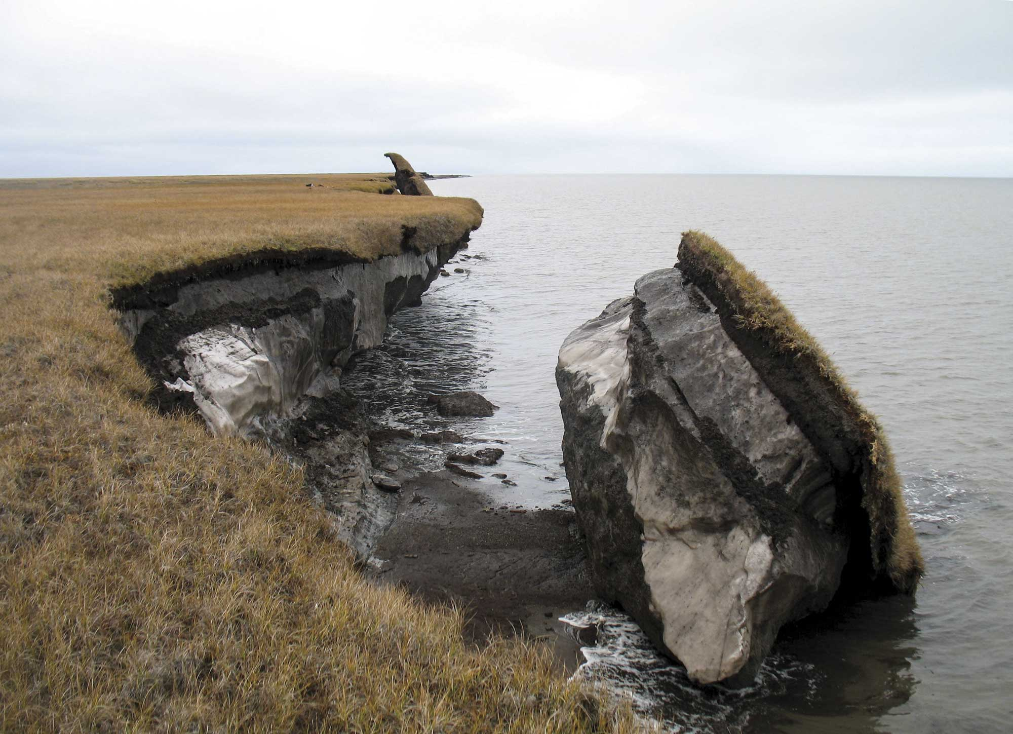 Thawing permafrost accelerates erosion. Photo: USGS