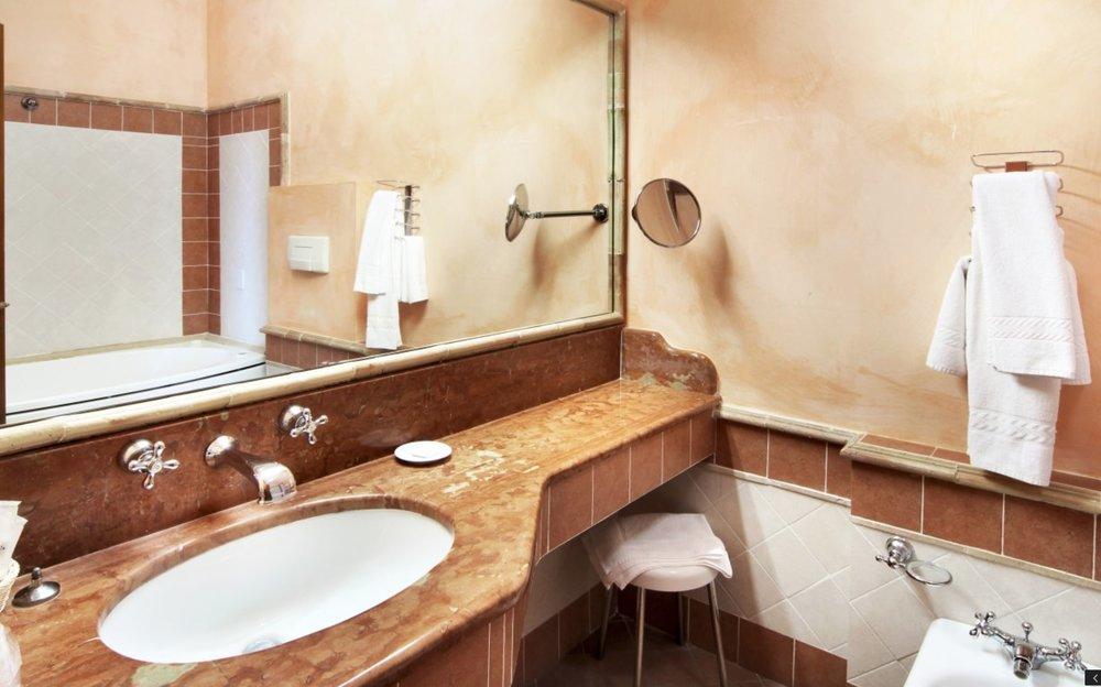Il bagno della jr suite con la vasca ad idromassaggio
