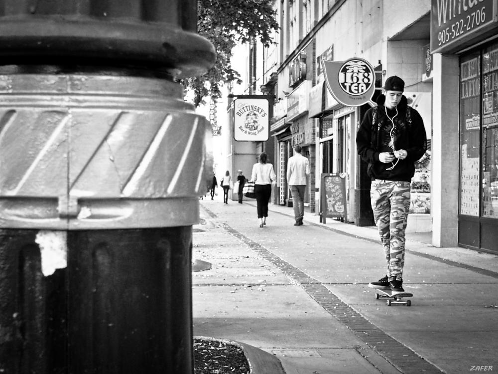 skateboarder behind lamp post 1sm.jpg