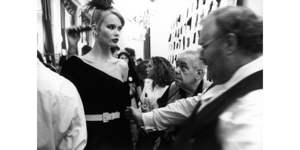 hbz-90s-models-backstage-claudia-schiffer-gettyimages-dior-min