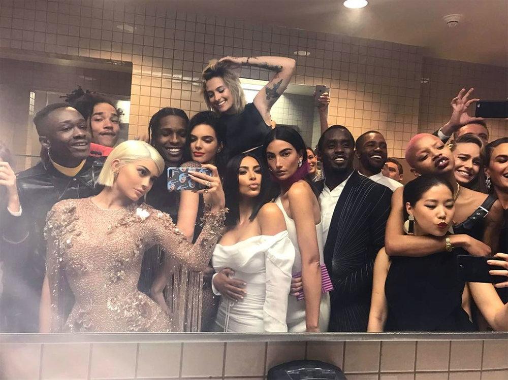 met-gala-bathroom-selfie (1).jpg
