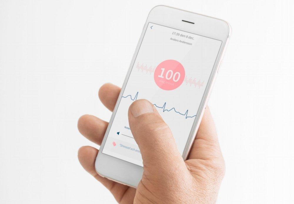 Patienten får svar direkt i appen. - Patienten får svar på analysen direkt i sin smartphone inom ett par sekunder. De smarta algoritmerna hittar förmaksflimmer, 9 andra vanliga arytmier och förstår om det bara rör sig om ofarliga extraslag. Allt med mycket hög noggrannhet.Coala fungerar både med Apple och Android-telefoner.