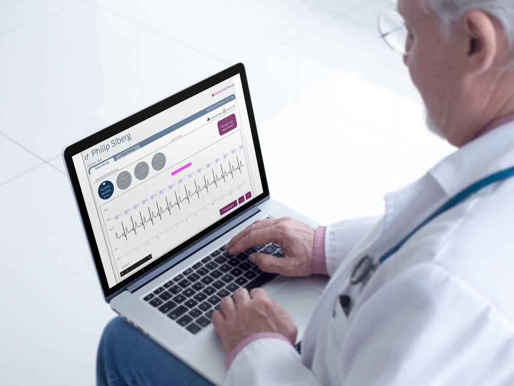 Följ Coala användare på distans genom Coala Care. - Coala Care är en webb-portal som ger vårdpersonal möjlighet att manuellt granska inspelningar från Coala på distans. Den säkra Portalen nås genom lösenord, BankID- eller SITHS inloggning och vårdgivare har endast access till de användare som först gett dem deras medgivande.Portalen ger en översikt över varje enskild ansluten Coala användares resultat av bröst- och tum-EKG, inspelat hjärtljud, dennes profil samt angett allmäntillstånd. Detta utgör underlag för vidare analys och bidrar till den individuella medicinska bedömning som vårdgivaren gör.
