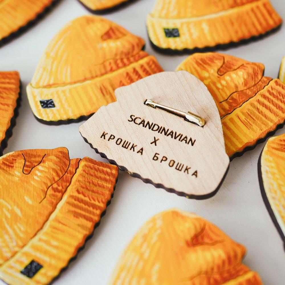 Гравировка сзади - За 20 рублей мы делаем гравировку с вашим лого или названием на задней стороне каждой брошки.