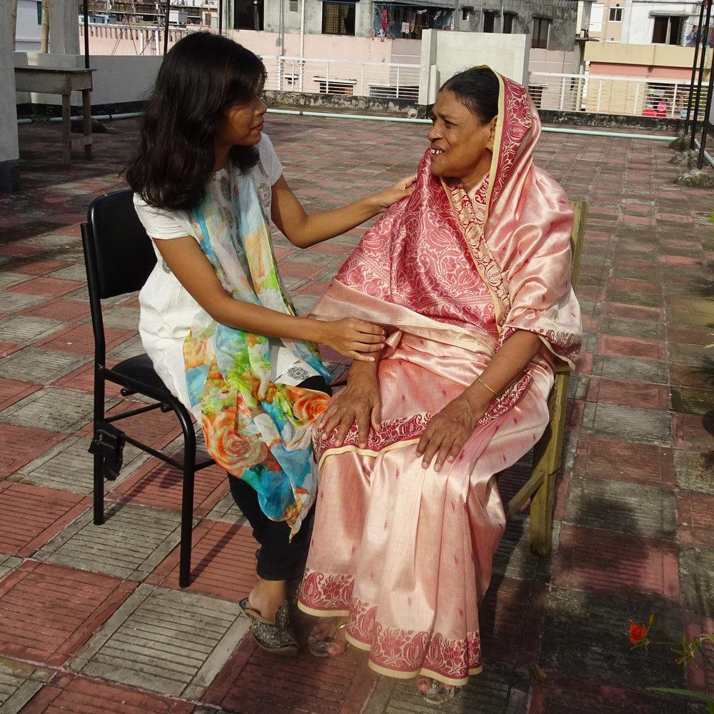 Sokhina Khatun, 75, und ihre Enkelin Sinthia Sultana Dulon, 20, leben in einem der dicht bevölkerten Wohnquartiere von Dhaka, der Hauptstadt von Bangladesch.