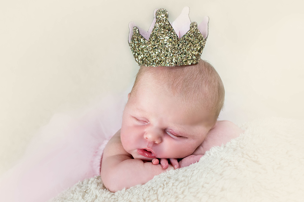 baby-wearing-crown-baby-photograher-studio-greenock