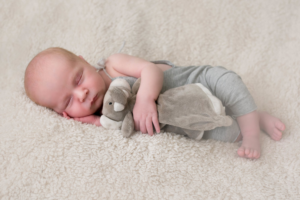 newborn-photographer-glasgow-cuddle