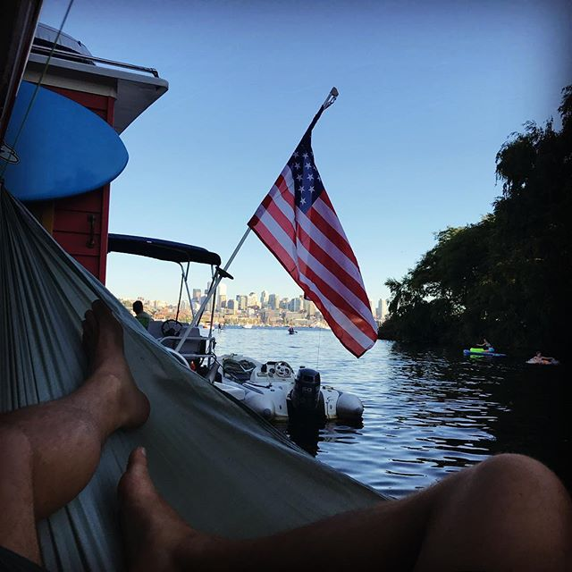 Perfect spot to watch the fireworks. Let's see if I can stay awake. 😜#houseboat #overlandhammock #getoverland #hammocking #slowlife #calmwater #lakeunion #seattle #pnw #pnwonderland #yesplease