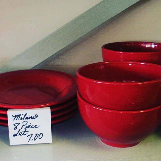 You can never go wrong with candy apple red. Stop in today to spruce up your kitchen. . . . #Raleigh #Raleighnc #Wakeforestnc #shoplocalraleigh #thriftstorefinds