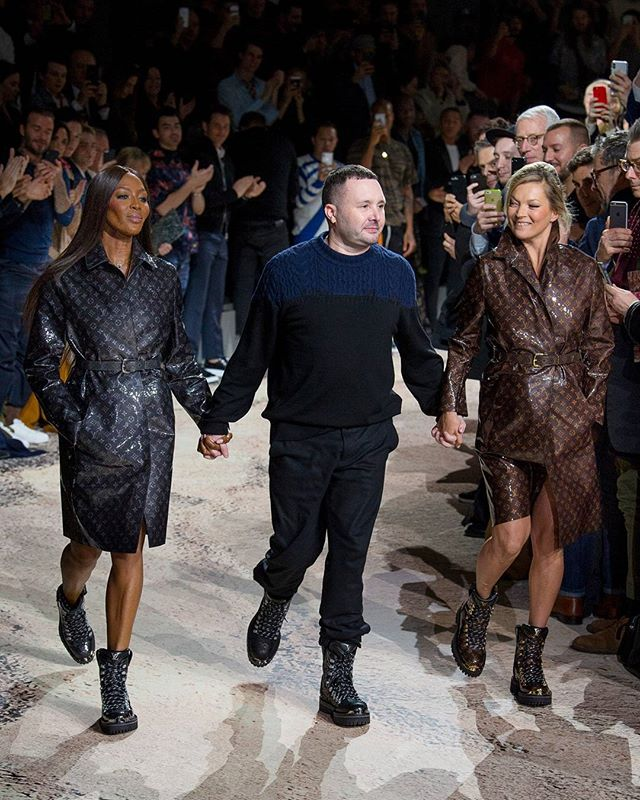 This is how you go out with a bang! 💥 @mrkimjones closes his last show for @louisvuitton, hand and hand with only goddesses; @iamnaomicampbell and @katemossagency! #LouisVuitton #PFW #NaomiCampbell #KateMoss