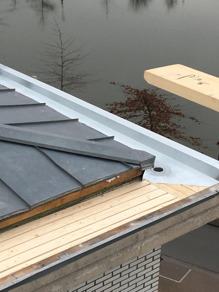 Vervangen zinken dakgoot.jpg