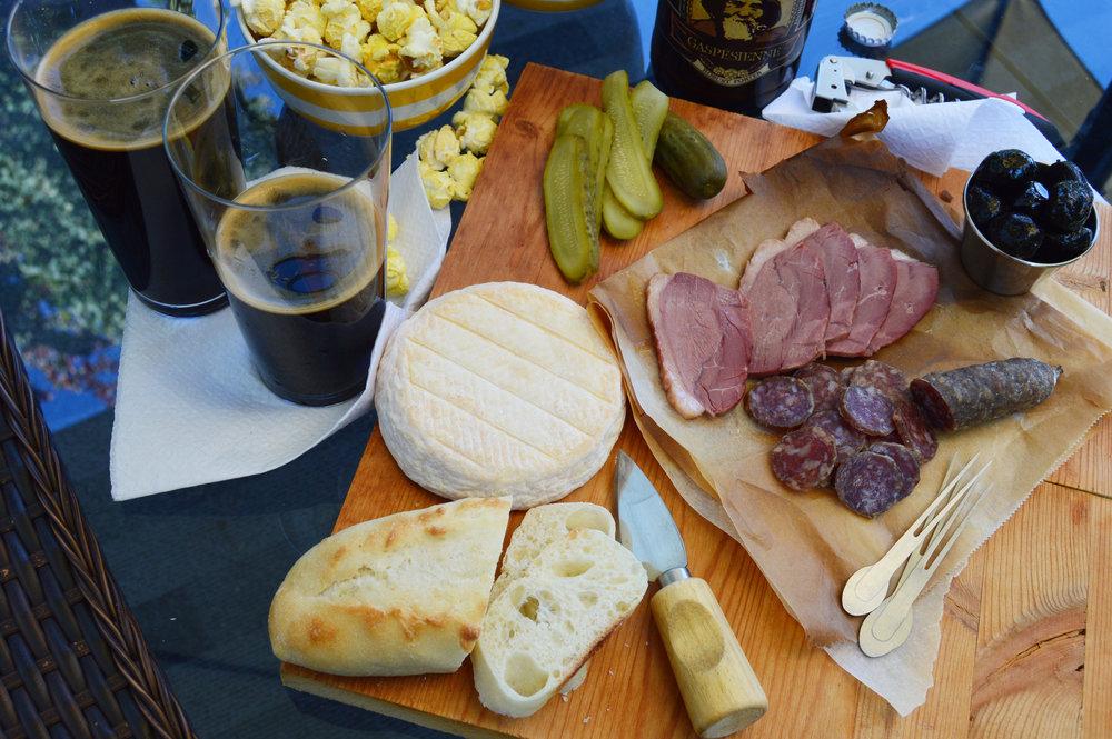 Saucisses, Fromages d'ici, bières de microbrasserie québécoise, pain frais, olive, pop corn, saucissons séchés Fou du cochon et scie, planche de service, Pit Caribou,le p'tit verrat.