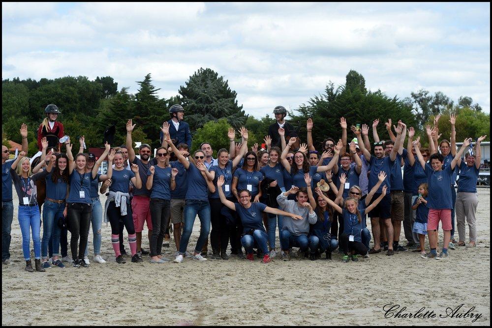 Photo de famille de nos bénévoles lors de la remise des prix du grand prix 140