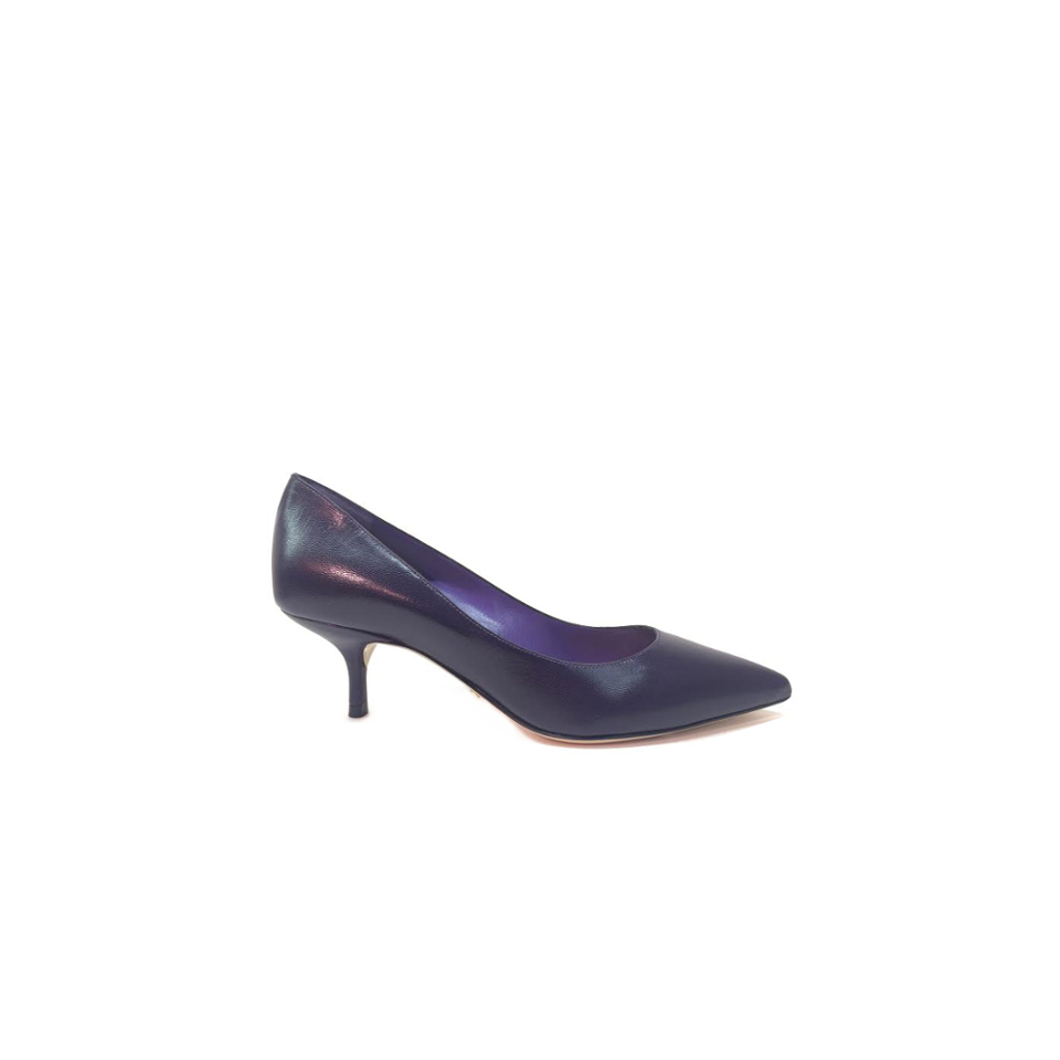 This season the aubergine color rules in looks of the most important fashion shows, this is why Sebastian presents a kitten heel stiletto in this sublime color that you can use for both, day and night.