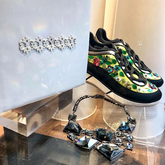 Let's begin our day with the most positive thoughts. 🙌✨😄 . Green is not only a color that inspire nature🌿, also give good luck 👍 and light to your outfit. 💫👗 . 💚 Dare to use it!! 😏 . Sebastian sneakers in Green and black color 👟 . Strass Necklaces in grey and black crystals 💎 . MV design Craft book in white with flowers detail 🌼🌸 . HAPPY WEEKEND!! 😍💋‼️Sales Up to -50% in Store‼️ . . . . #CherryHeel #Barcelona #style #shopping #moodoftheday #madeinitaly #fashion #shoes #sneakers #musthave #black #green #itgirl #ootd #design #fashionable #lookoftheday #barcelonamola #styleoftheday #writer #inspiration #blogger #igersbcn #travel #february #bcn #moda #барселона #шоппинг #стиль