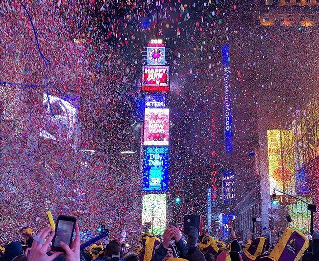 Fin de año en Time Square New York. 🌃🎇 . Desde la ciudad que nunca duerme queremos desearles FELIZ AÑO NUEVO 2018, que se hagan realidad todos sus sueños y deseos 🙌🏼. . Este 2018 seguimos siendo sus aliados para soportarlos en sus compás internacionales, ofreciendo todos nuestros servicios desde esta gran ciudad! Entérate de más en NYCShoppers.com. . #compras #compraporinternet #shopping #enviosacolombia #enviosapanama #enviosavenezuela #casillero #casilleroenusa
