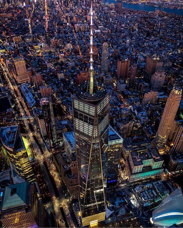 One World Trade Center visto desde el cielo de New York 🏙. Foto 📸: @jmeade_photo. . 😱 envía todo lo que compres a tu casillero @nycshoppers, y nosotros te lo enviamos a tu casa.... Aún no tienes casillero en EE.UU.? No te preocupes! Puedes crearlo gratis con nosotros y disfrútalo!! 😊😍. . Para mayor info ingresa a NYCShoppers.com #casilleroenusa #casilleroennewyork #enviosavenezuela #enviosacolombia #enviosapanama