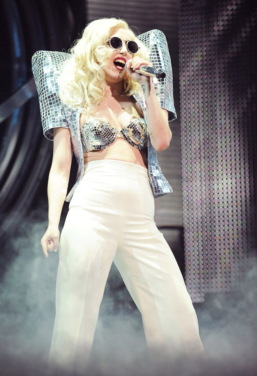lady-gaga-best-performance-looks-2010-20-01_173308385965.jpg