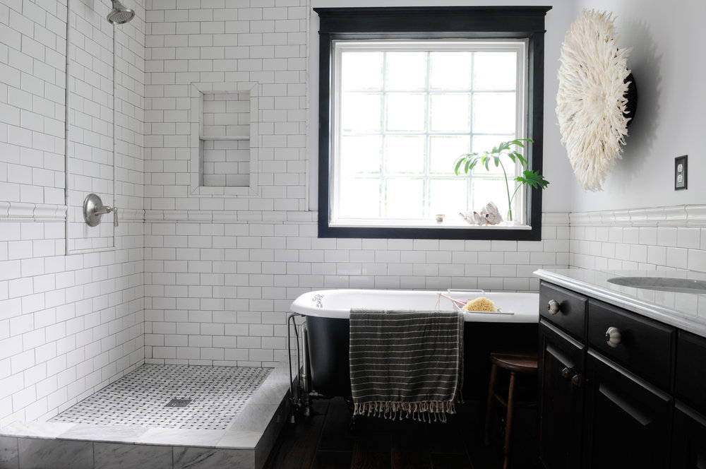 black-and-white-subway-tile-bathroom-trend-on-black-and-white-bathroom-tile-floors-installation-with-white-subway-bathroom-design-black-and-white-tiled-houses.jpg
